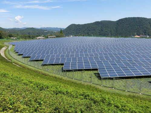 https://commons.wikimedia.org/wiki/File:Aikawa_Solar_Power_Plant_06.jpg