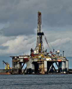 https://commons.wikimedia.org/wiki/File:Semisubmersible_oil_drilling_rig.jpg