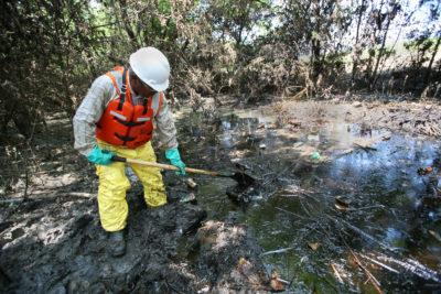https://commons.wikimedia.org/wiki/File:FEMA_-_31024_-_Oil_spill_clean_up_in_Kansas.jpg